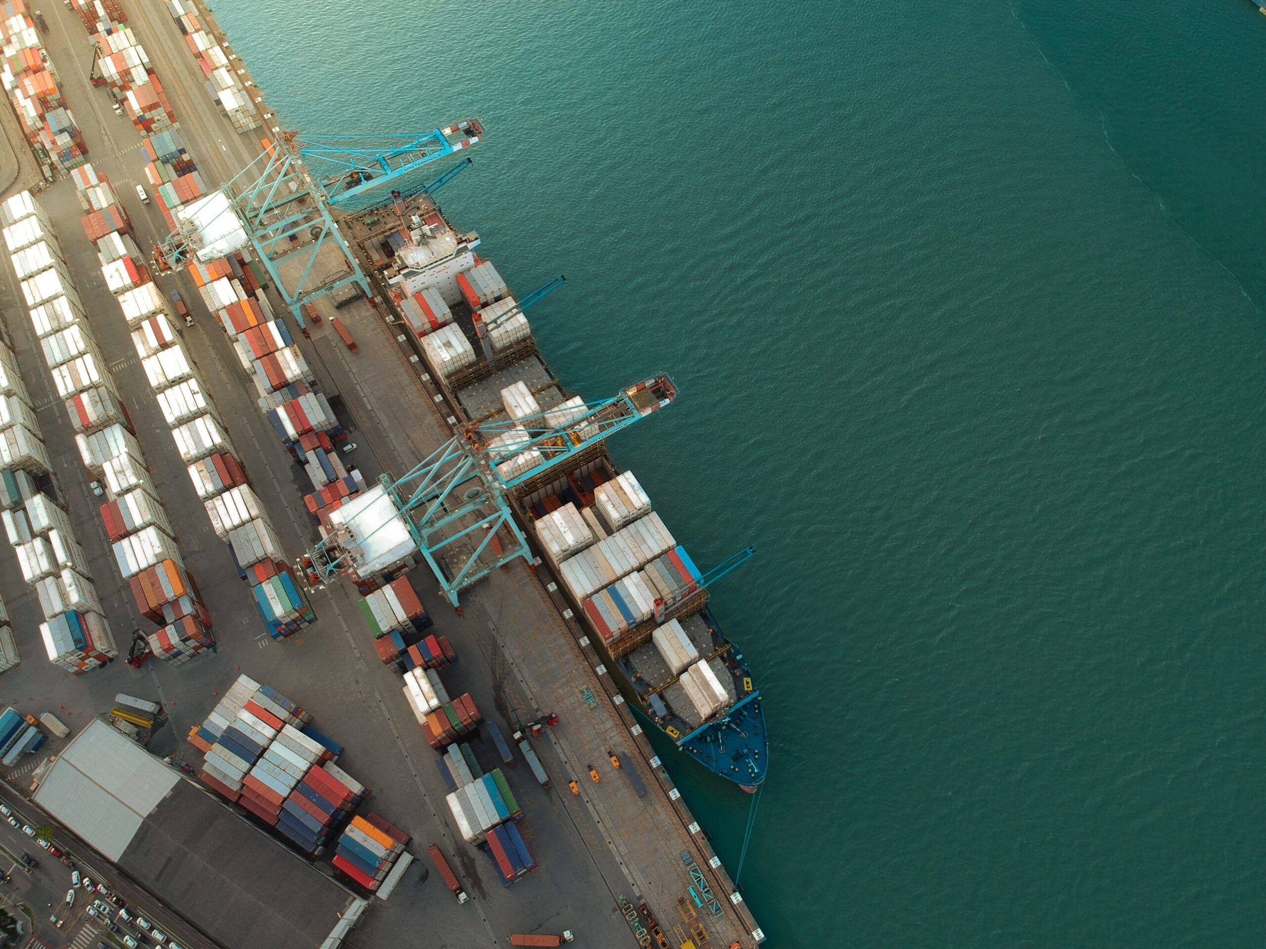 Navio de importação transportando containers