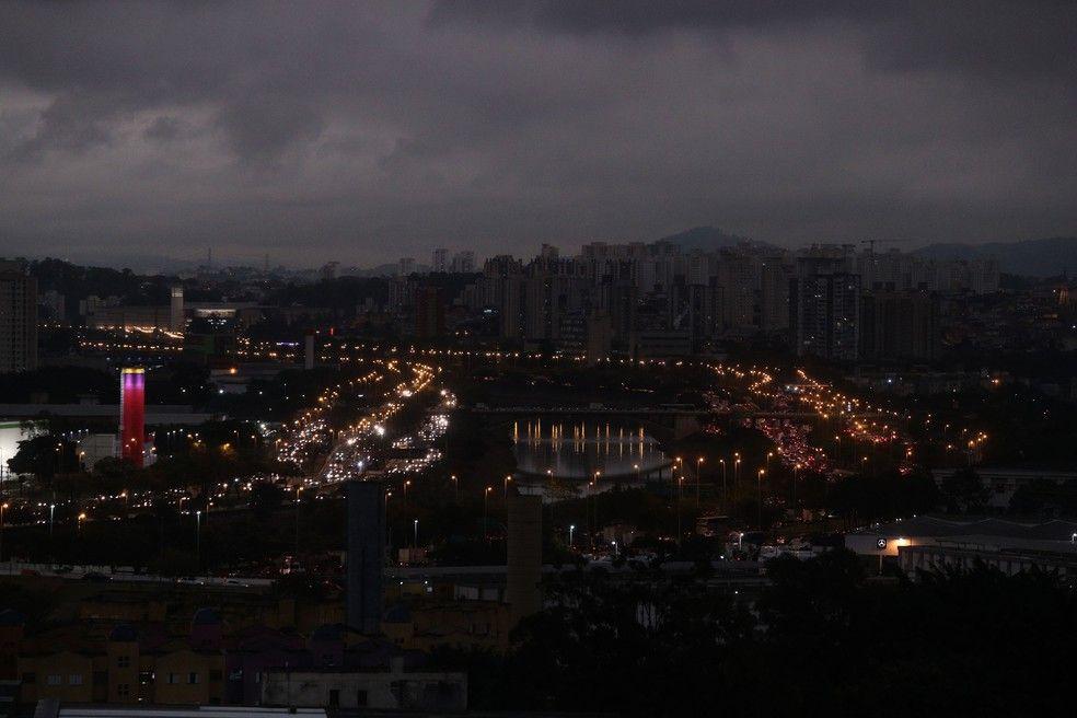 Foto da Grande São Paulo do dia que virou 'noite' com frente fria e fumaça vinda de queimadas na região da Amazônia.